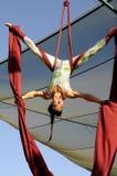 flyg- human för 2 acrobatics Arkivfoto