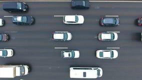flyg- huvudvägutbytessikt Bilar på en planskild korsning 4K Fågelsikt stock video