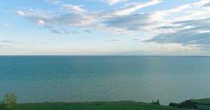 Flyg- hyperlapse av solnedgången och moln ovanför för det Timelapse för havskusten fluga surret nära havet packar ihop Snabbt hor lager videofilmer