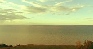 Flyg- hyperlapse av solnedgången och moln ovanför för det Timelapse för havskusten fluga surret nära havet packar ihop Snabbt hor stock video