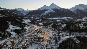 Flyg- hyperlapse för natt av Berchtesgaden på vintern, Bayern stock video