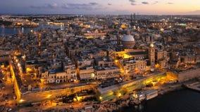 Flyg- hyperlapse för natt av Valletta, Malta lager videofilmer