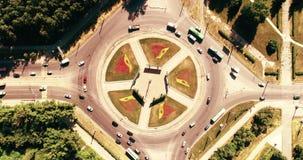 Flyg- hyperlapsetimelapse av stadstrafik på genomskärning för cirkeltvärgatagata Bilar bussar, lastbilar Centrum arkivfilmer