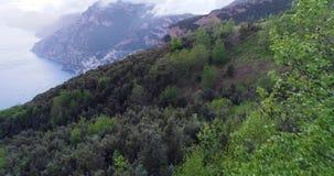 Flyg i berg ovanför den Amalfi kusten i Italien stock video