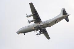 Flyg AN-12 i himlen Arkivfoto