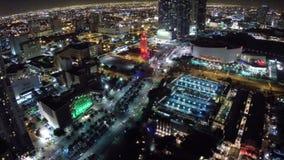 Flyg- i stadens centrum Miami på natten lager videofilmer