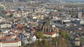 Flyg- 4k Brno Bruenn domkyrka för surr av St Peter och Paul arkivfilmer