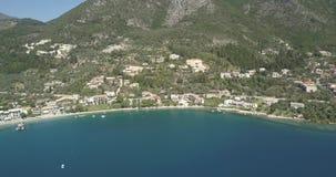 Flyg- 4K - långsam panna av den medelhavs- kustlinjen med idylliskt blått vatten stock video