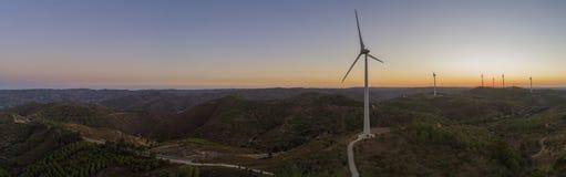 Flyg- kontur för turbiner för vindlantgård på solnedgången Ren förnybara energikällormakt som frambringar väderkvarnar Royaltyfria Foton