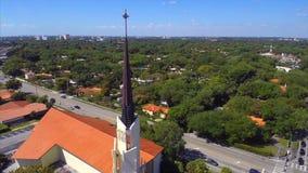 Flyg- kretsa kring kyrkakors arkivfilmer