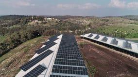 Flyg- längd i fot räknat över den fega lantgården som täckas med solpaneler i nordliga Israel stock video