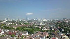 Flyg- längd i fot räknat över förorter av Kuala Lumpur, Malaysia lager videofilmer