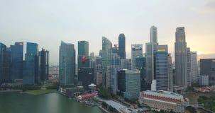 Flyg- längd i fot räknat av centralt område i Singapore med det Fullerton hotellet, konserthall under solnedgång lager videofilmer