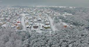 Flyg- längd i fot räknat av den lilla byn i vinter nära havskusten stock video