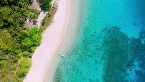 Flyg- längd i fot räknat av den tropiska stranden på helikopterön med palmträd, den blåa lagun, azurt klart vatten och korallreve arkivfilmer