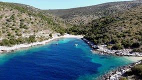 Flyg- längd i fot räknat av flyget ut ur den spektakulära Adriatiska havet fjärden stock video