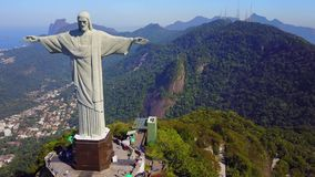 Flyg- längd i fot räknat av Kristus Förlossare i Rio de Janeiro, Brasilien arkivfilmer