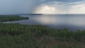 Flyg- längd i fot räknat av regn ovanför kustlinjen lager videofilmer