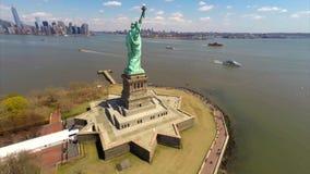 Flyg- längd i fot räknat av statyn av frihet stock video