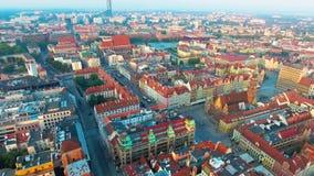 Flyg- längd i fot räknat av Wroclaw, europeisk huvudstad av kultur Centrera stadshuset, marknadsfyrkanten, himmeltornet, stadspan arkivfilmer