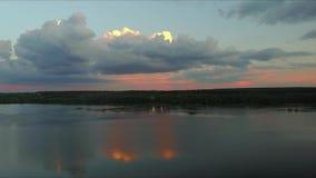 Flyg- längd i fot räknat fördunklar på himmel på solnedgången mot bakgrund field blåa oklarheter för grön vitt wispy natursky för lager videofilmer