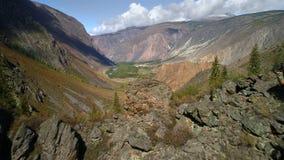 Flyg- längd i fot räknat Flyga över en bergkant och dal Stenig terrain klippa stock video