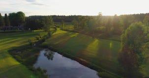 Flyg- längd i fot räknat Flyga över fälten och skogen på solnedgången med strålarna för sol` s lager videofilmer