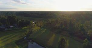 Flyg- längd i fot räknat Flyga över fälten och skogen på solnedgången med strålarna för sol` s arkivfilmer