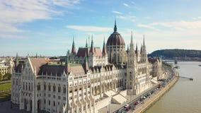 Flyg- längd i fot räknat från ett surr visar den historiska Buda Castle nära Donauen på slottkullen i Budapest, Ungern stock video