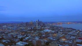 Flyg- längd i fot räknat från ett surr visar staden stock video