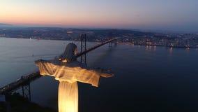 Flyg- längd i fot räknat Lissabon i skymning- och monumentfristad av Kristus konungen lager videofilmer