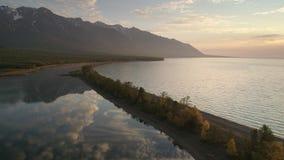Flyg- längd i fot räknat ovanför berg sjön på morgonen stock video