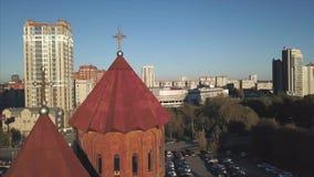 Flyg- längd i fot räknat, röd Transylvanian kyrka video Flyg- sikt av den röda kyrkan lager videofilmer