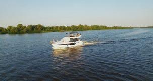 Flyg- längd i fot räknatantenn för lyxig yacht stock video