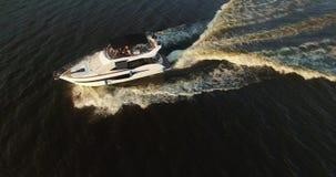 Flyg- längd i fot räknatantenn för lyxig yacht lager videofilmer