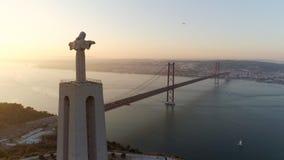 Flyg- längd i fot räknatmonumentfristad av Kristus konungen på solnedgången stock video