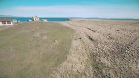 Flyg längs kusten av ön Vigur lager videofilmer