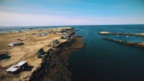 Flyg längs kusten av ön Vigur stock video