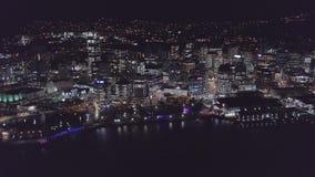 Flyg- löneförhöjning, stadshorisont på härliga ljus för natt arkivfilmer