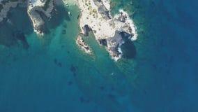 Flyg- l?ngd i fot r?knat av en liten strand i den Bali byn crete greece arkivfilmer