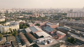 Flyg- landskap från flygsurret över industribyggnader och stads- byggnader stock video