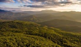 Flyg- landskap molnig bergskydal arkivbilder