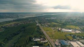 Flyg- landskap, surrskott Vägar flod Molnigt och soligt stock video