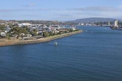 Flyg- landskapsikt av den Mersey flod- och Devonport staden Tasmanien Australien arkivfoto