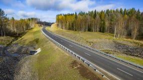 Flyg- landskapsikt av den tomma lantliga v?gen i h?rlig h?stskog fotografering för bildbyråer