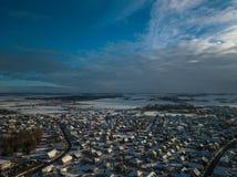 Flyg- landskapsikt av lilla staden i Litauen, Joniskis Solig vinterdag fotografering för bildbyråer