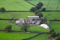 Flyg- lantgårdbyggnader och fält Arkivbilder