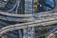 Flyg- Los Angeles i stadens centrum 110 och 10 motorvägutbyte Royaltyfri Bild
