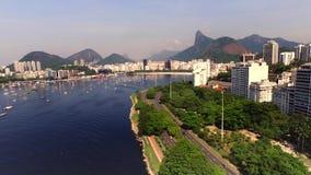 Flyg- Marina da Gloria i Rio de Janeiro på aftonen, fartyget och stranden i Brasilien arkivfilmer