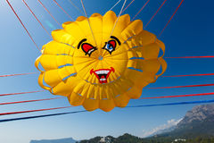 Flyg med en hoppa fallskärm över havet Arkivbild